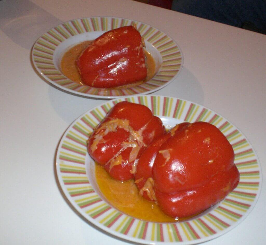 Paleo-Diät Mittagessen Paprika gefüllt mit Hackfleisch und Karotte